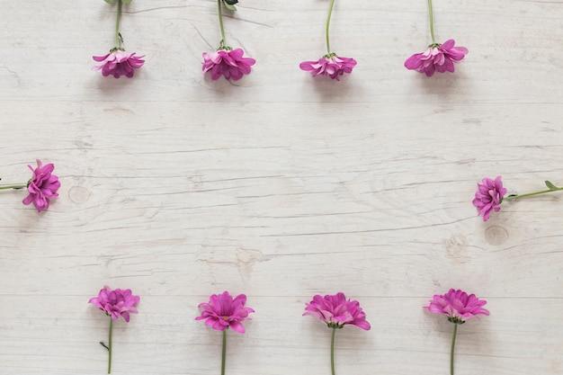 Pequeñas flores moradas esparcidas sobre mesa. Foto gratis