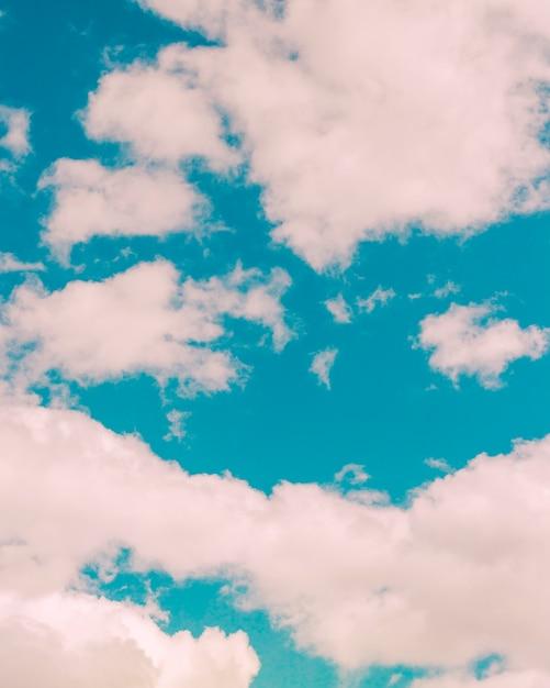 Pequeñas nubes esponjosas Foto gratis