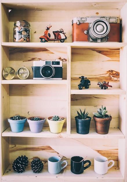 Pequeño árbol en pequeña olla, decoración de la planta en el hogar o la oficina Foto Premium