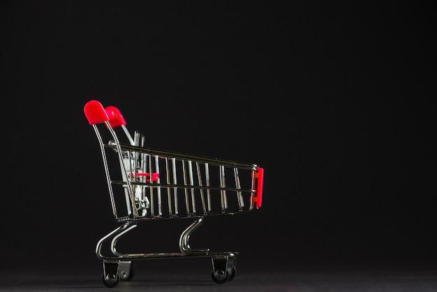 Pequeño carrito de compras vacío Foto gratis