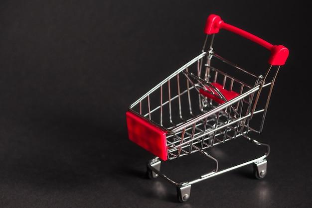 Pequeño carrito de supermercado vacío Foto gratis