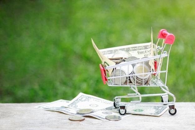 Pequeño carro con dinero en dólares por concepto de negocio Foto Premium