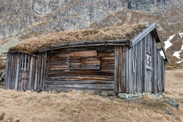 Pequeño edificio en la montaña de noruega. Foto gratis