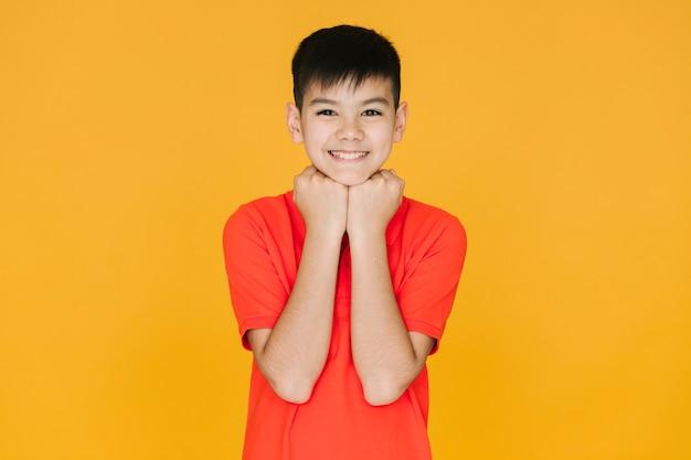 Pequeño muchacho asiático que es lindo Foto gratis