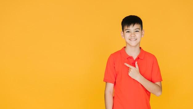 Pequeño muchacho asiático que parece encantador Foto gratis