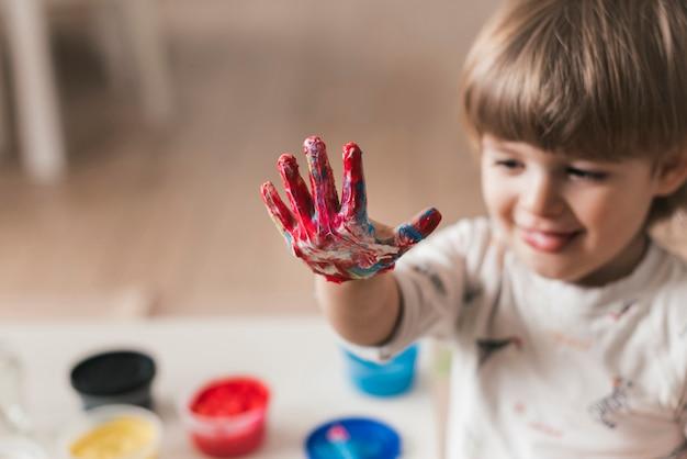 Pequeño niño pintando como un artista Foto gratis