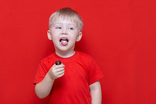Pequeño niño de tres años quiere comer pastilla. Foto Premium