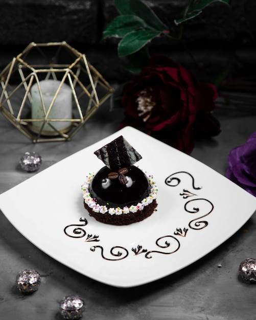 Pequeño pastel negro decorado con chockolate Foto gratis