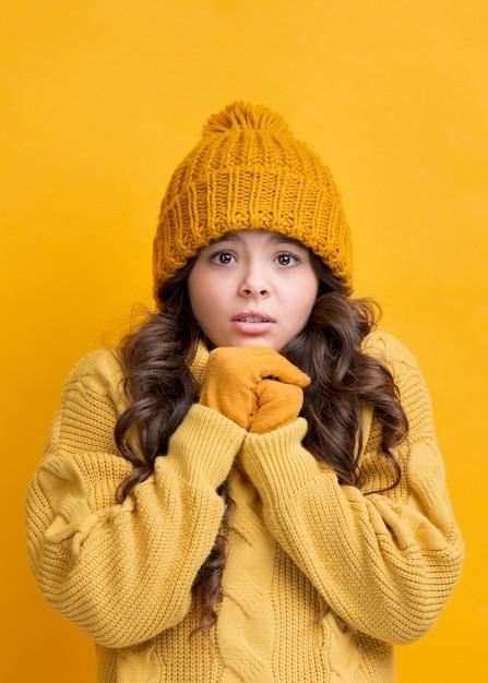 Pequeño retrato de niña con ropa de invierno Foto gratis