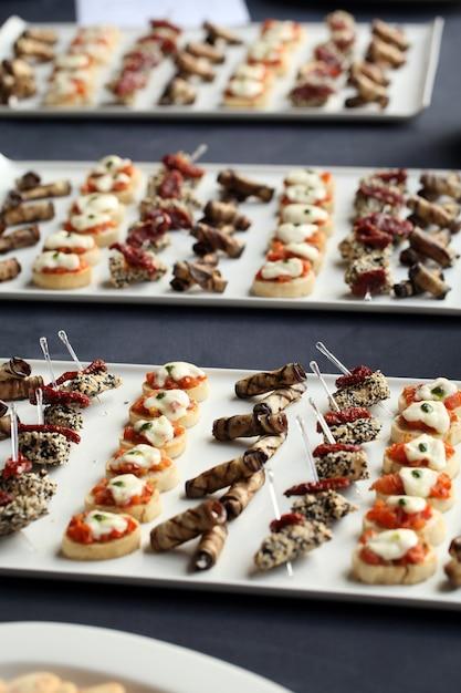 Pequeños aperitivos gourmet en un plato Foto gratis