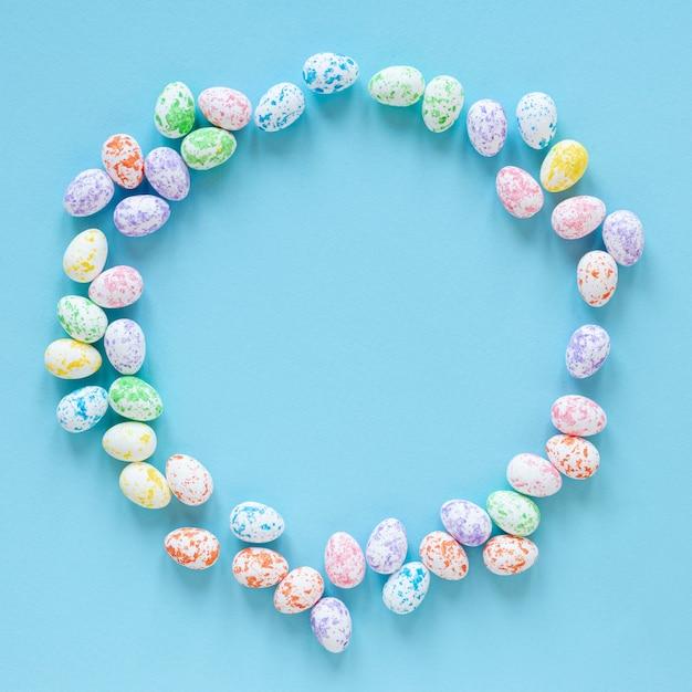 Pequeños huevos pintados para pascua Foto gratis