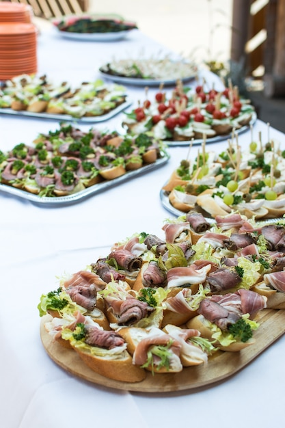 Pequeños sándwiches abiertos en fiesta en el jardín Foto gratis