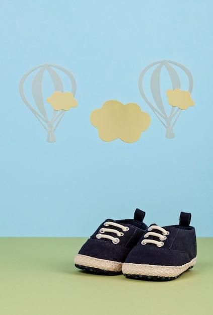 Pequeños zapatos lindos del bebé sobre el fondo azul Foto Premium