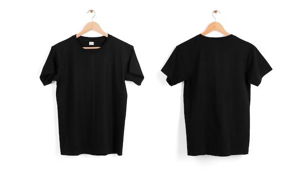 Percha de camiseta negra en blanco aislada en espacio en blanco. Foto gratis