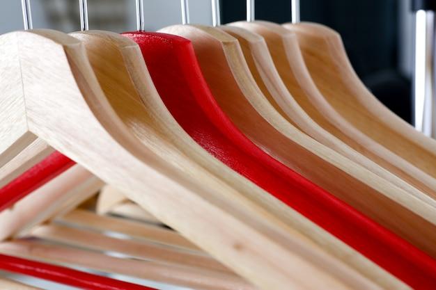 Percha roja y de madera colgada en metal Foto Premium