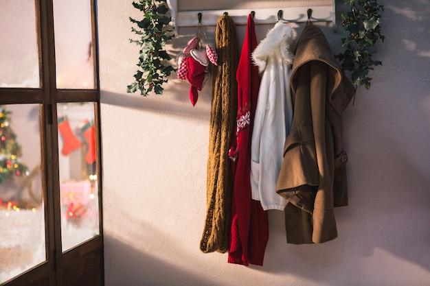 Perchero con ropa de invierno colgada descargar fotos gratis for Perchero de ropa