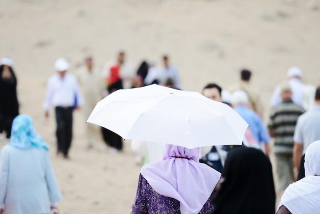 Peregrinos en jabal arafat caminando Foto Premium