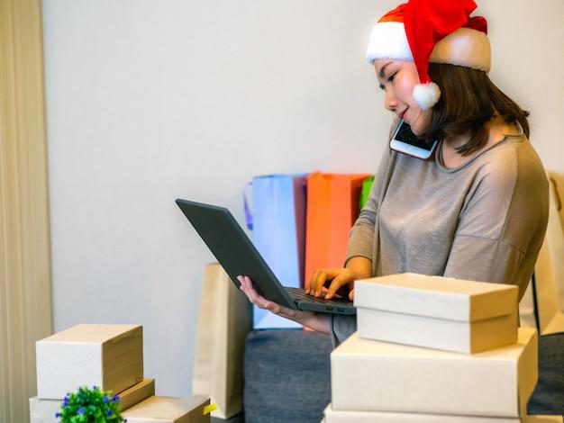 Perfeccione el concepto del vendedor en línea del negocio, mujeres asiáticas con su vendedor en línea independiente del negocio del trabajo. Foto Premium