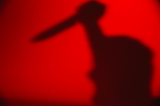Persona anónima con cuchillo Foto gratis