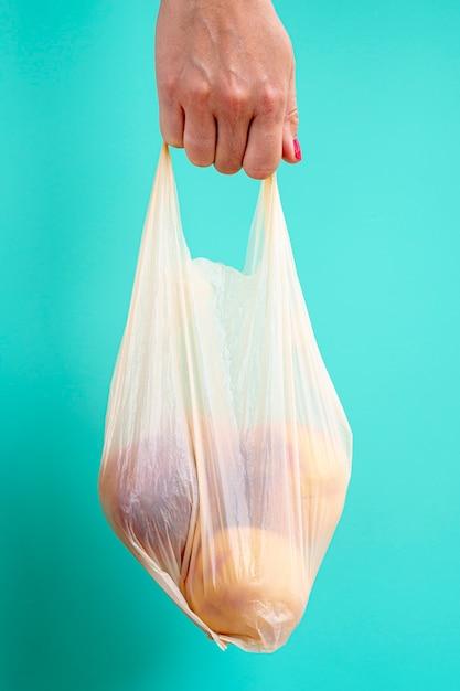 Persona con bolsa de plástico con frutas Foto gratis