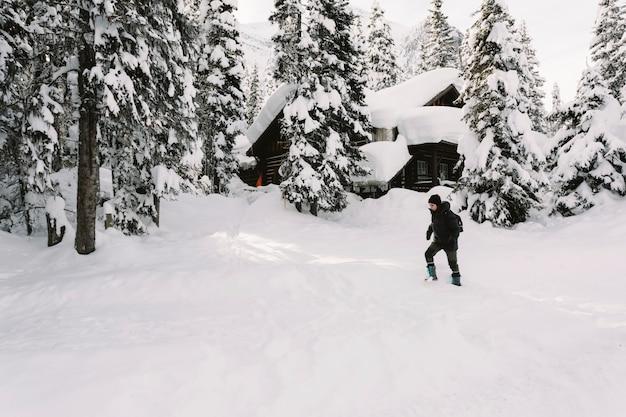 Persona caminando en la nieve Foto gratis