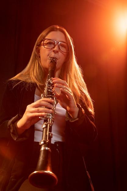 Persona celebrando el día del jazz Foto gratis