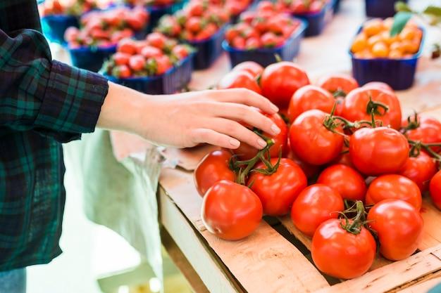 Persona comprando frutas y verduras Foto gratis