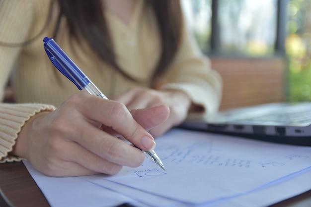 persona-escribiendo-papeles_10541-1205