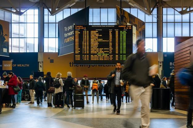 Persona irreconocible y turista que visita la estación del sur en busca de información sobre el tren. Foto Premium