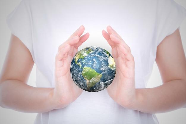 Persona con un mundo entre sus manos Foto gratis