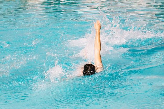 Persona Nadando Braza De Espalda