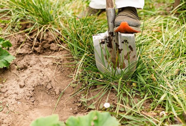 Persona de primer plano cavando el jardín Foto gratis