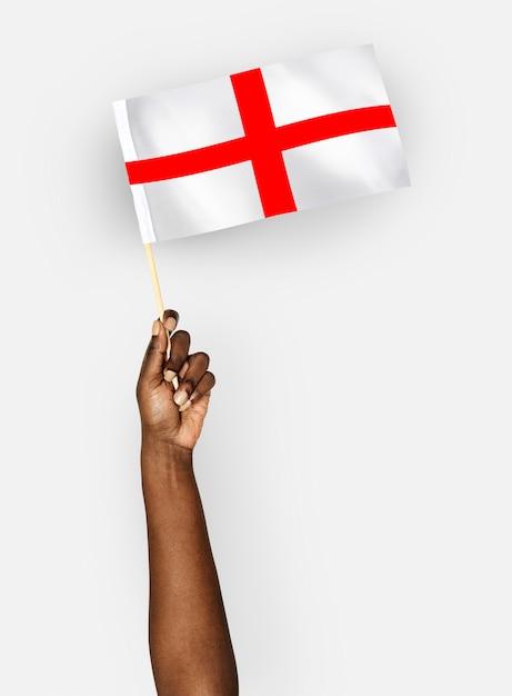 Persona que agita la bandera de inglaterra Foto gratis