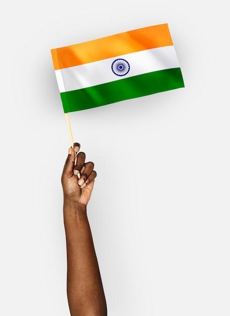 Persona que agita la bandera de la república de la india Foto gratis
