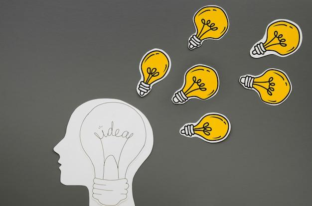 Persona que tiene ideas como metáfora de bombillas Foto gratis