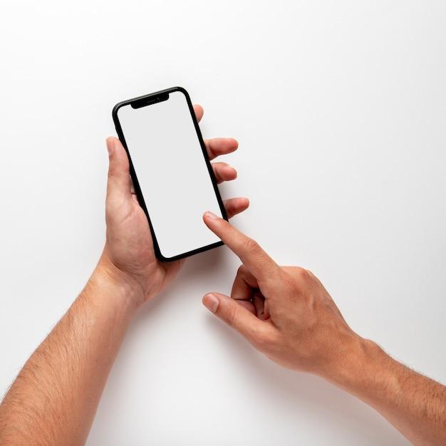 Persona que usa la maqueta del teléfono Foto Premium