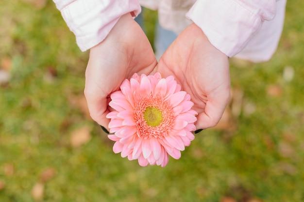 çiçek tutan el ile ilgili görsel sonucu
