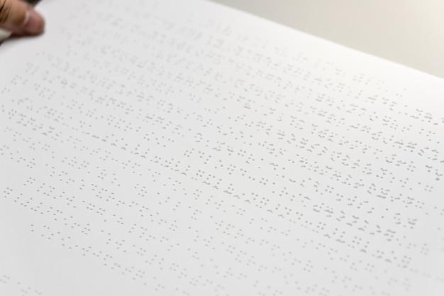 Personas ciegas leyendo el libro de braille Foto Premium