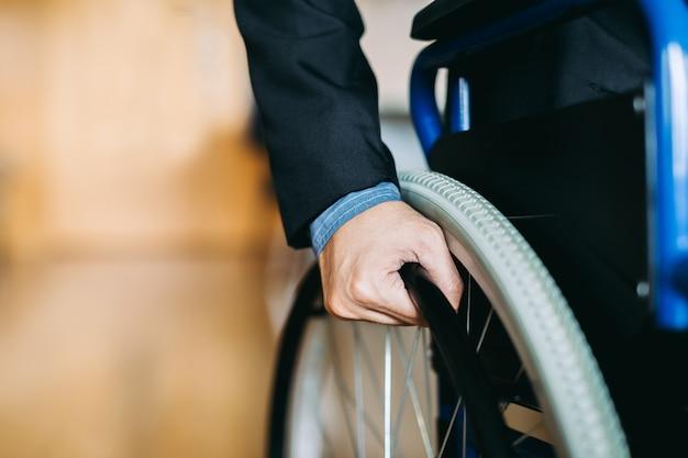 Las personas con discapacidad pueden acceder a cualquier lugar con silla de ruedas, de forma independiente en transportatio Foto Premium