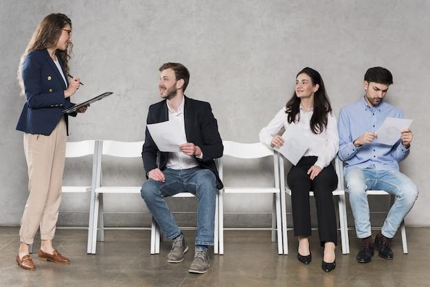 Personas esperando sus entrevistas de trabajo. Foto Premium