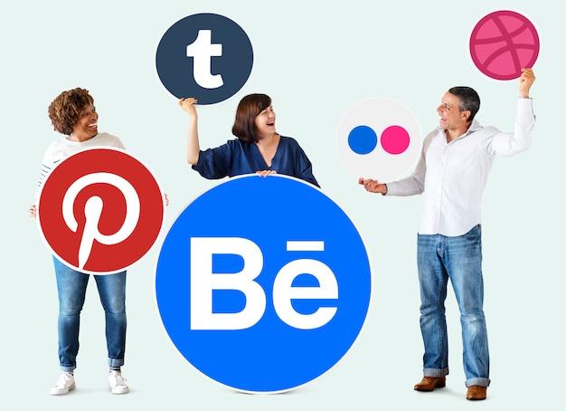 Personas con iconos de marcas digitales. Foto gratis
