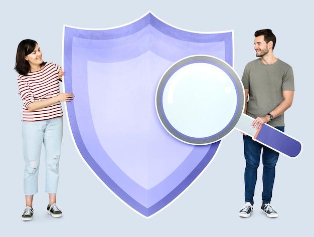 Personas con iconos en el tema de seguridad. Foto gratis