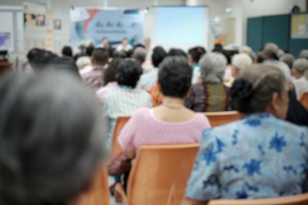 Personas mayores borrosas en el evento de seminario de personas mayores Foto Premium