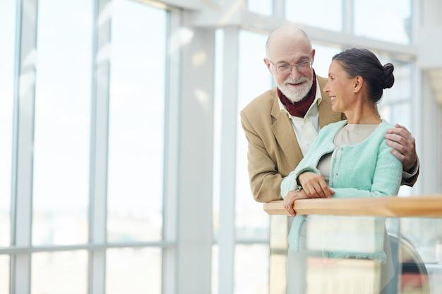 Personas mayores hablando Foto gratis
