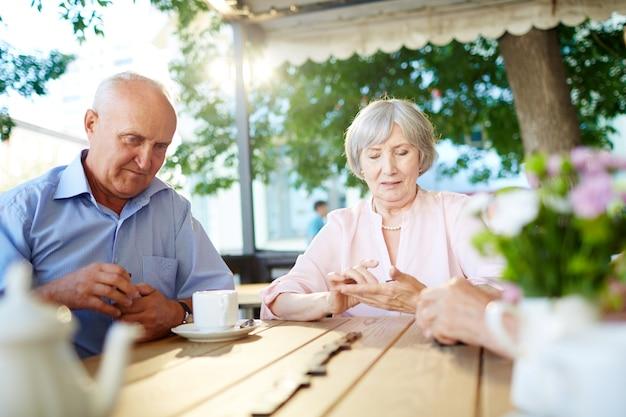 Personas mayores jugando al dominó Foto gratis