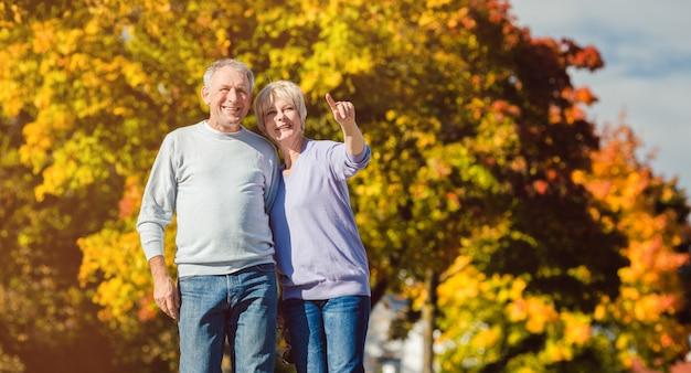 Personas mayores en parque otoñal Foto Premium
