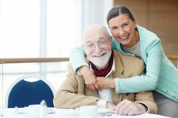 Personas mayores en restaurante Foto gratis