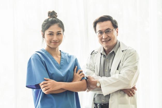 Personas médicas médico y enfermera en el hospital. Foto Premium