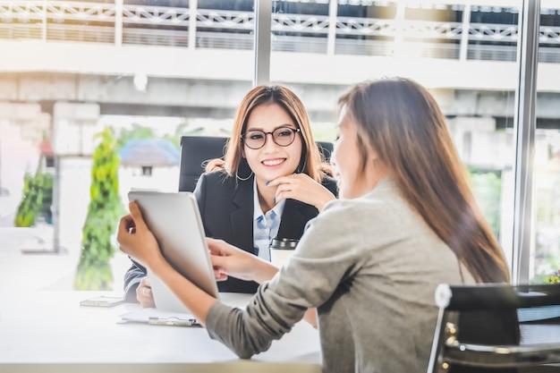 Las personas de la mujer de negocios que presentan la planificación empresarial y el informe de las finanzas de la tableta para el ceo Foto Premium