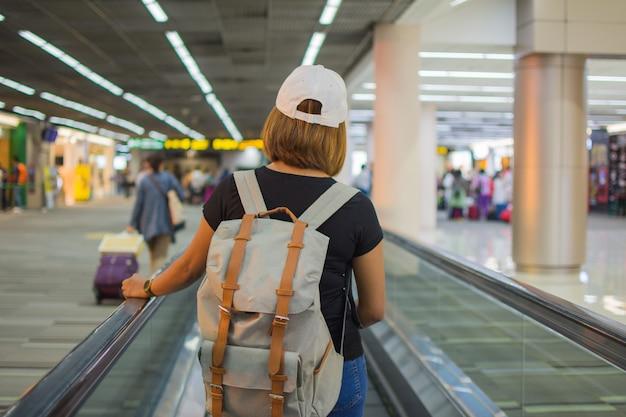 Personas que esperan viajar en el aeropuerto. el sujeto esta borroso Foto Premium